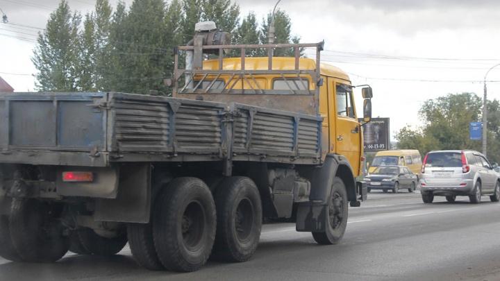 В омском селе грузовик сбил пешехода в поле