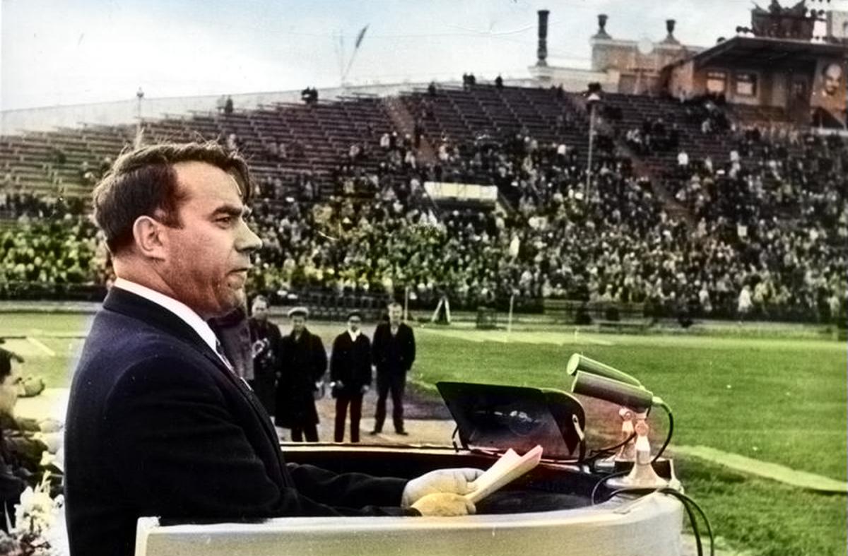 Глава Свердловской области в 60-х годах Яков Рябов выступает на стадионе