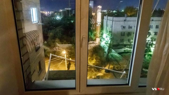 «Я ручку от окна забыла»: мать гулявшего в окне трехлетнего мальчика запирала его на 12 часов в день