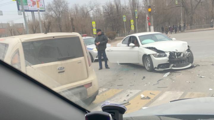 Еще один в списке «проклятых»: на несчастливом перекрестке Волгограда столкнулись две иномарки