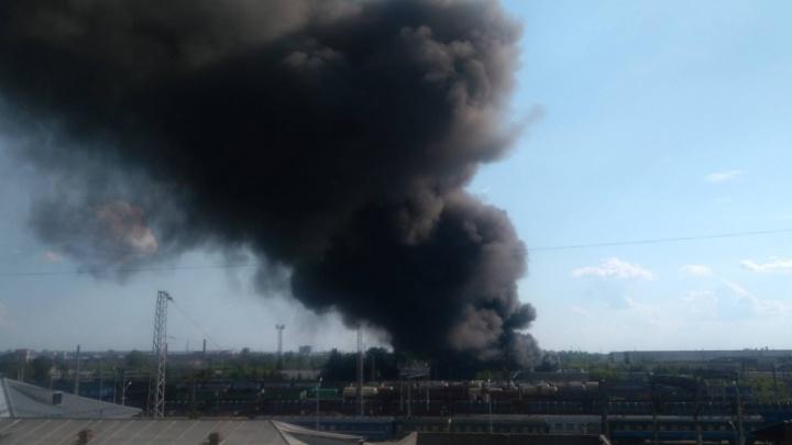 Крупный пожар в Ярославле. Со стороны вокзала валит густой чёрный дым: что горит
