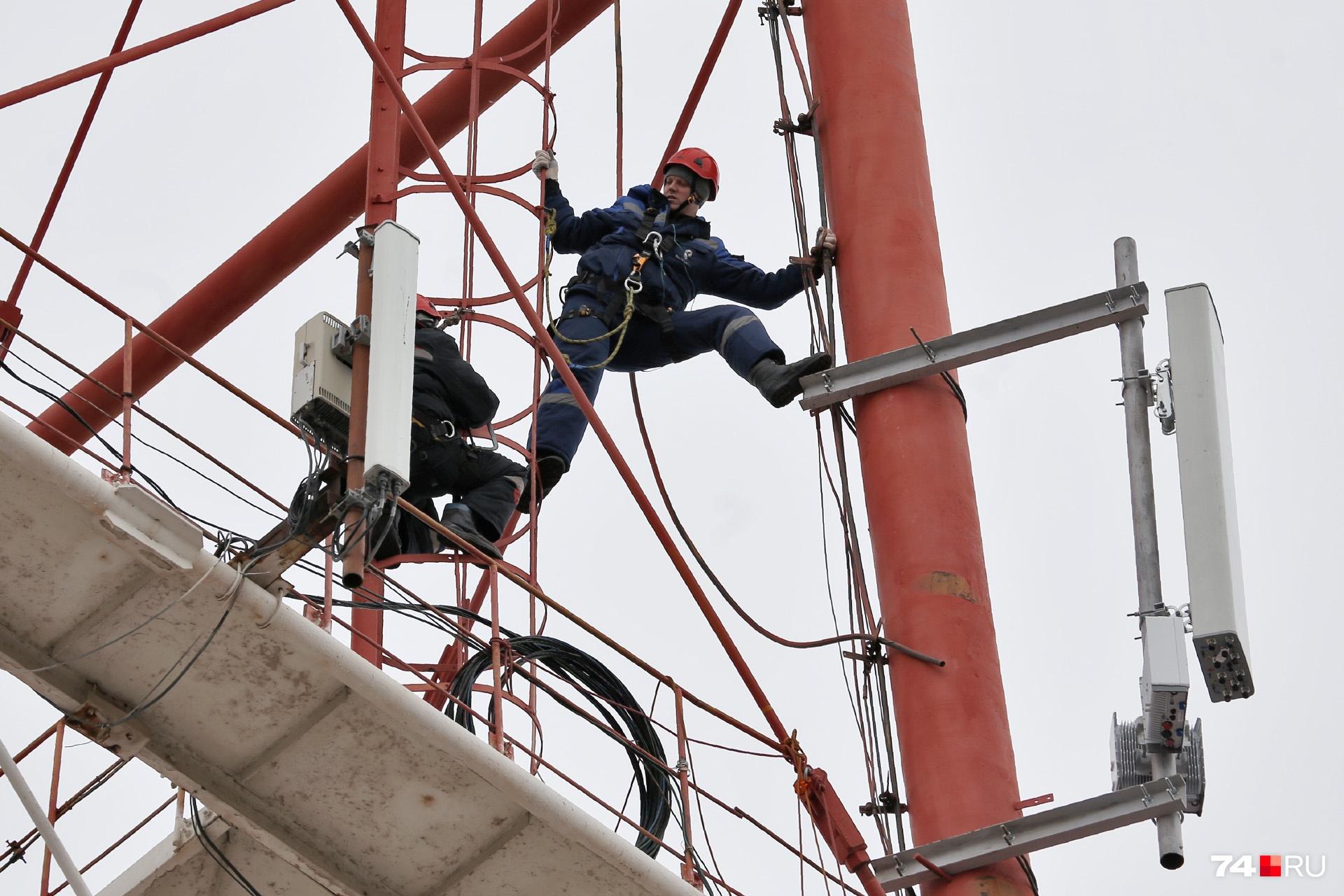 Инженерам приходится работать на высоте