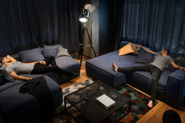 Центр квартиры — лаундж-зона в гостиной с мягкими диванами