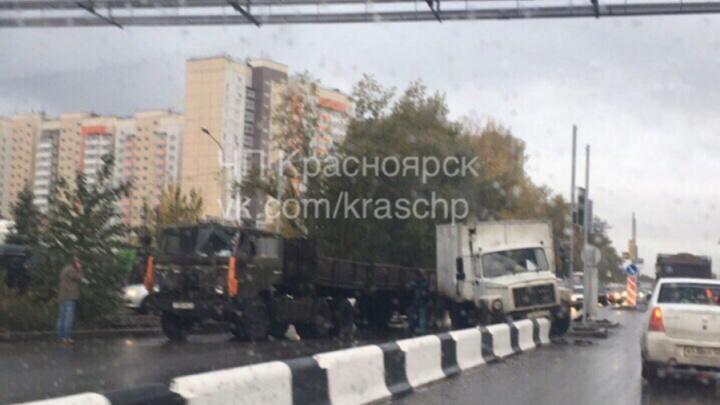 Два грузовика полностью блокировали 2-ю Брянскую. Огромная пробка