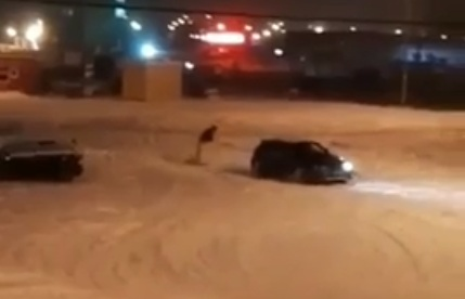 ВКрасноярске экстремалы катались напривязанном кавтомобилю сноуборде