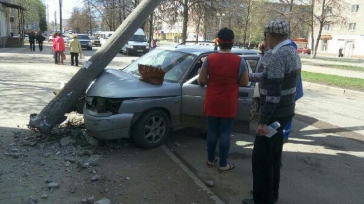 В Уфе водитель на легковушке протаранил бетонный столб