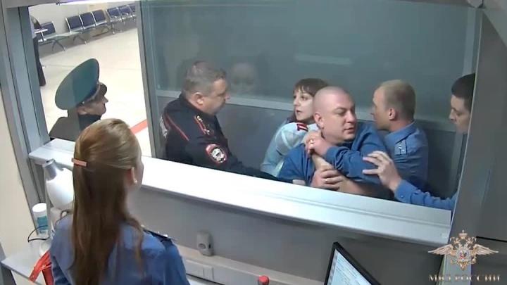 Новосибирец устроил дебош перед полётом в Анталью и остался дома