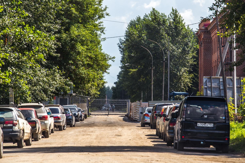 Тупиковые проезды заполнены припаркованными машинами