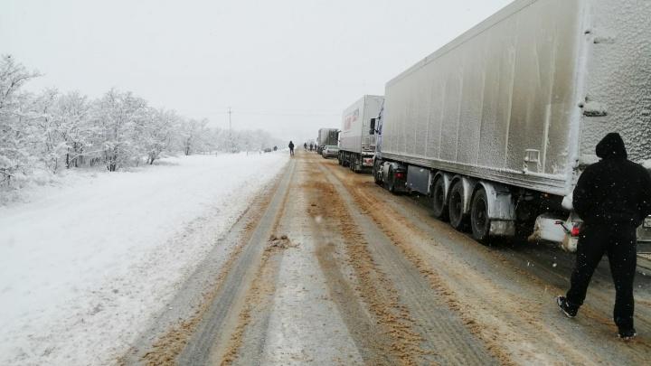 Пробка в два километра: на трассе Волгоград — Сызрань фуры не могли одолеть крутой подъем