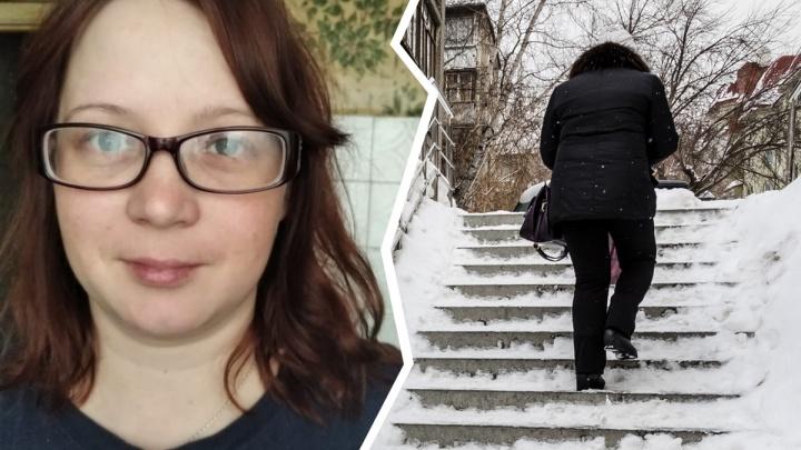 В Новосибирске молодая женщина в очках вышла из дома и пропала