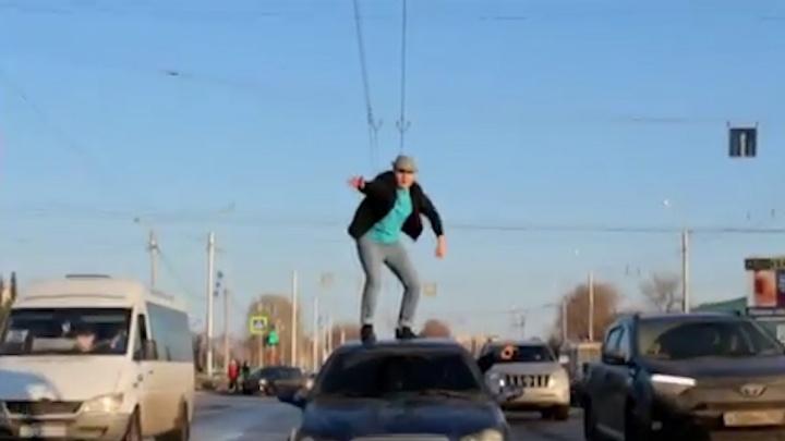 Танец парня на крыше машины в Стерлитамаке попал на видео