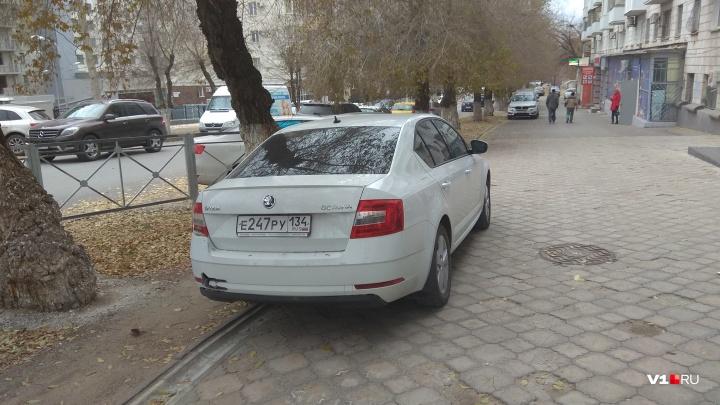 Здесь парковаться негде: автохамы оккупировали выделенную полосу на Невской
