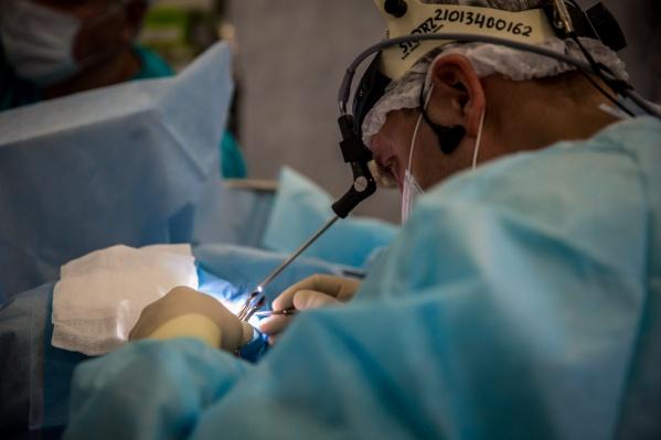 Хирургам удалось достать впечатляющий трихобезоар из живота девушки через небольшой прокол. Фото инородного тела есть в редакции НГС, но мы не публикуем его по этическим причинам