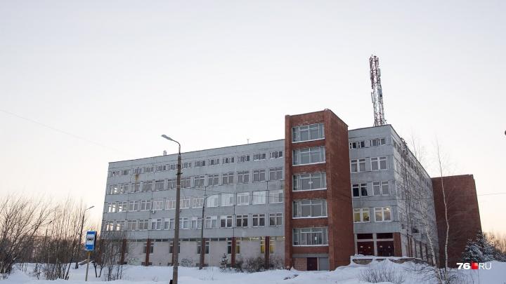 «Выехало 13 экипажей МЧС»: в Ярославле спецслужбы помчались к зданию университета