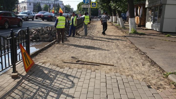 Случайно вышло: мэр объяснил, почему в центре Ярославля вскрыли для замены хорошую тротуарную плитку