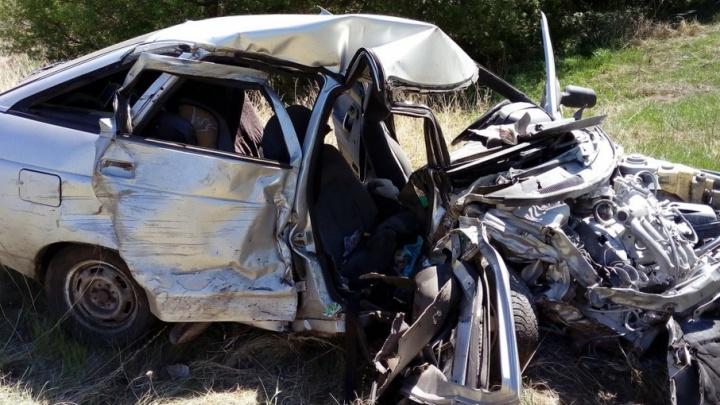 В Башкирии ВАЗ-2112 влетел в фуру и опрокинулся: есть погибшие