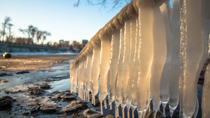 Наморозило ледяные балясины: на Волге повеяло зимой