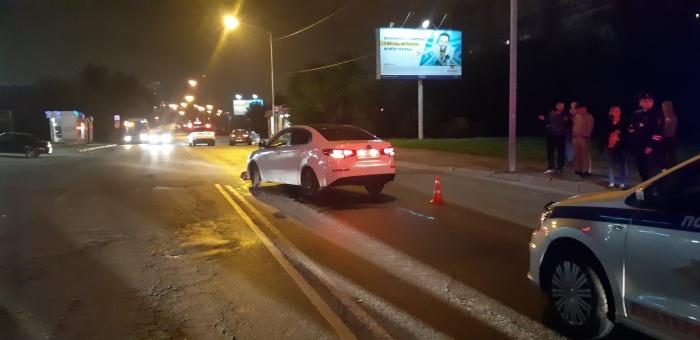 После удара, полученного от одного автомобиля, женщина-пешеход отлетела под колеса второго