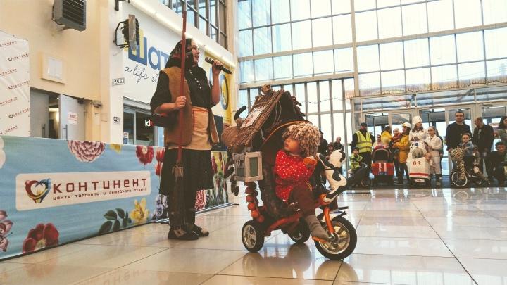 Три бригады скорой, два Мойдодыра и домовёнок: в Омске прошёл парад необычных колясок