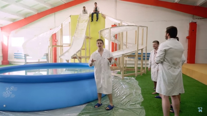 Блогеры из Новосибирска построили аквапарк из дерева, скотча и крема для рук