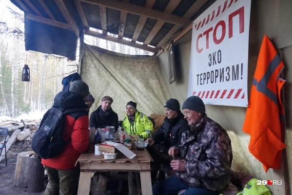 Эксперты из Швеции Хенрик Торемарк и Ингрид Хостад (по центру) на народном посту в Шиесе<br>