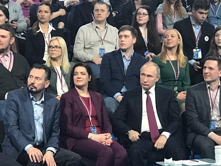 Вопрос Владимиру Путину задала спецкор 74.ru Мария Шраменко (на фото слева во втором ряду)