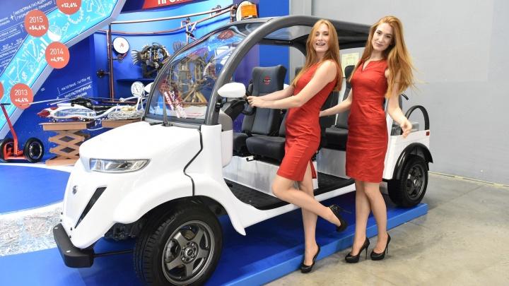 Узкие юбки и высокие каблуки: смотрим на деловых красоток «Иннопрома»