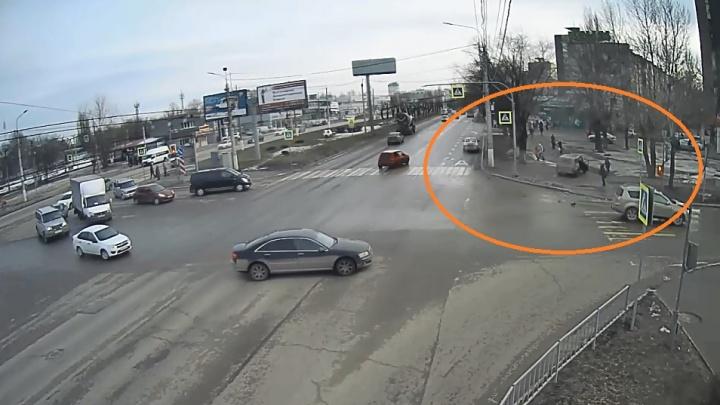 Пешеходы родились в рубашке: авария на проспекте Жукова в Волгограде попала на видео