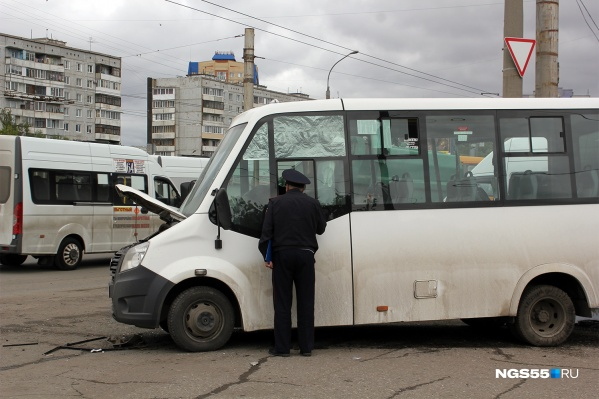 Водитель маршрутки вылетел на дорогу, не предоставив преимущество мусоровозу