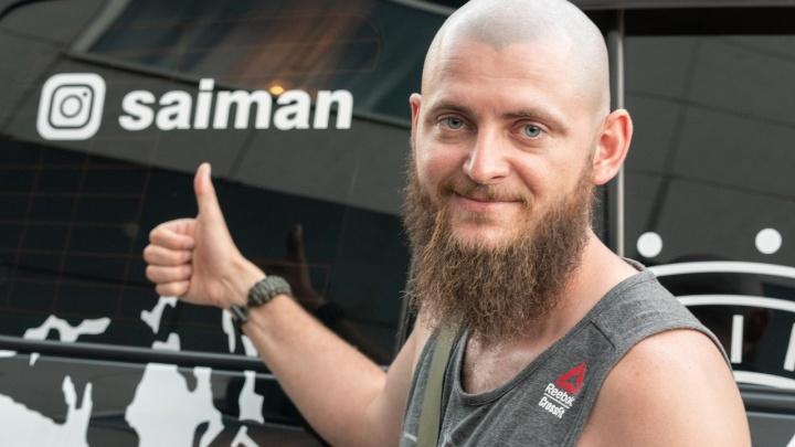 «В розыске был, потом привычка осталась»: в Волгоград заехал объездивший полмира автотурист-блогер