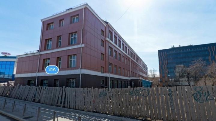 В Екатеринбурге во время заседания суда мужчина выпрыгнул из окна