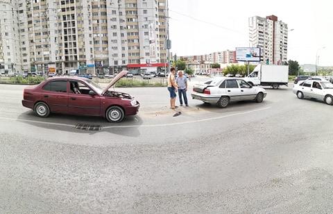 В Волгограде иномарки столкнулись после виража лихача на Kia: видео
