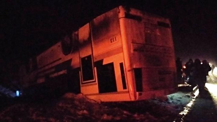 В аварии с автобусом в Саргатском районе пострадали 18 человек