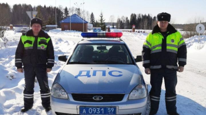 Откопали из сугроба: в Прикамье полицейские помогли вытащить машину из кювета