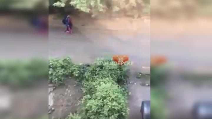 На Семафорной женщина ходила по улице с ребёнком и кричала нечеловеческим голосом