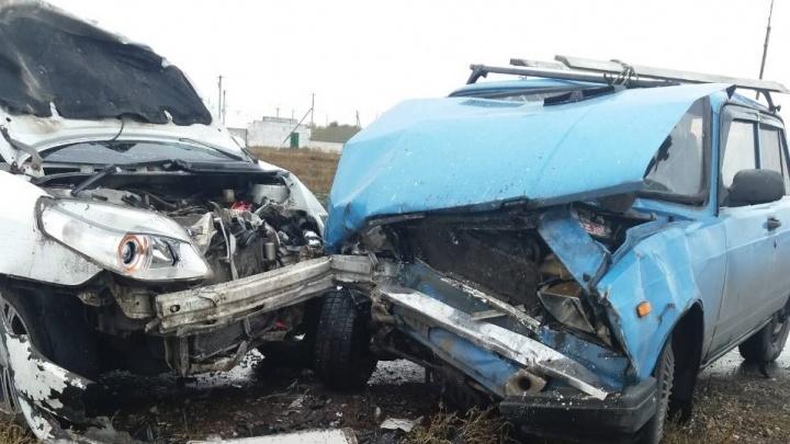 Чудом не погиб: в лобовом столкновении серьезно пострадал житель Самарской области