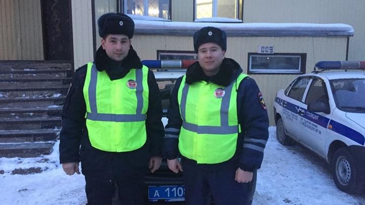 Не дали замерзнуть: в Прикамье инспекторы ДПС спасли на трассе пассажиров и водителя Opel