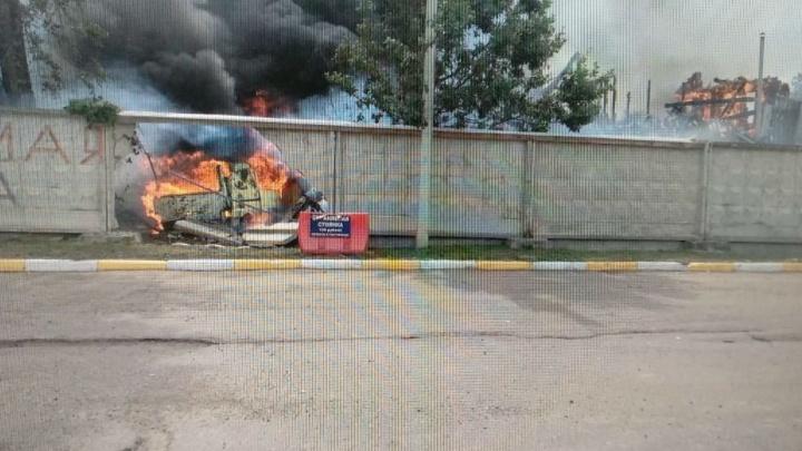 В Ярославской области горящая машина протаранила дом: водитель выпрыгнул на ходу