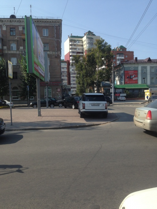 «Я паркуюсь как чудак»: Land Rover ННН —властелин Красного проспекта