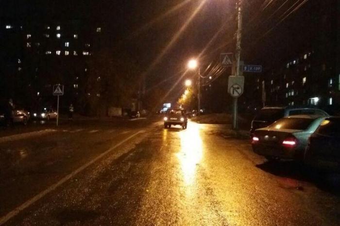 Подросток попал под машину на улице Татьяны Снежиной