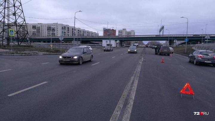 Водитель BMW сбил пьяного пешехода-нарушителя у развязки на Монтажников