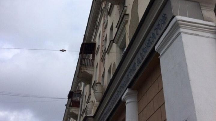 Глава ТСЖ дома на Куйбышева: глыба льда, упавшая на коляску, съехала с балкона 90-летней бабушки