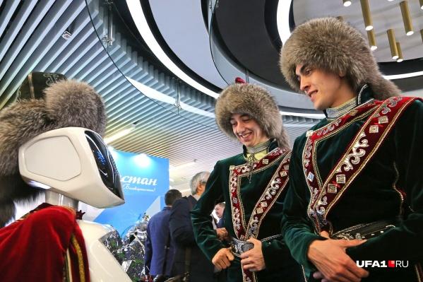 В фойеприветствовал гостей робот в национальном халате и лисьей шапке