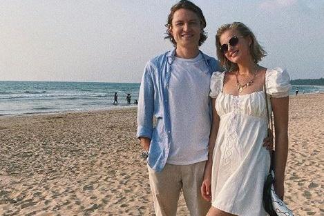 Евгений Савельев опубликовал фотографию с побережья вместе с Александрой Бортич