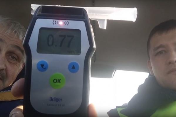 Мужчина с 35-летним водительским стажем усердно убеждал инспекторов ДПС, что их алкотестер ничего не покажет