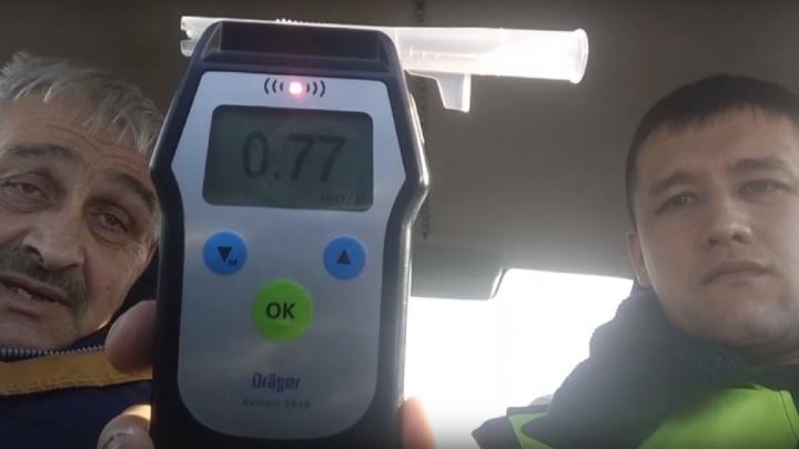 «Трезвый» таксист, смертельное ДТП на тюменской трассе и грубые нарушения ПДД: дорожные видео недели