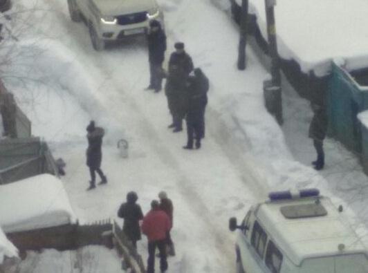 На месте происшествия работали следователи и полицейские