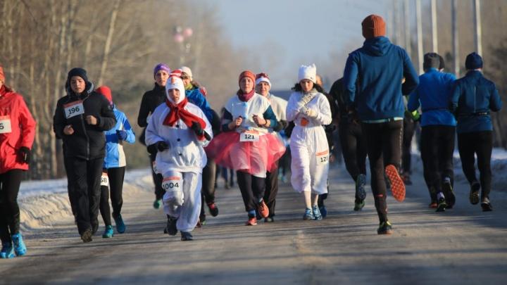 Забег в новогодних костюмах: на дистанцию в 5 и 21 км вышли около 500 человек