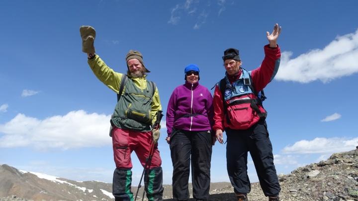 Пенсионеры из Екатеринбурга сумели покорить высочайшую вершину на границе с Монголией
