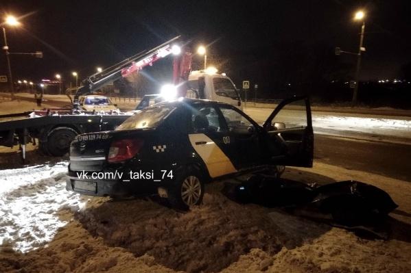 Очевидцы утверждают, что легковой автомобиль вылетел под фуру